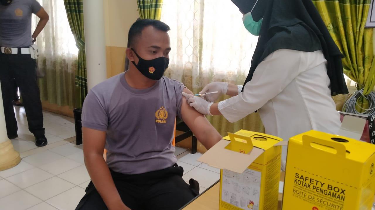 Personel Polres Bangka jalani vaksin COVID-19 kedua. Foto : ist/Humas Polres Bangka